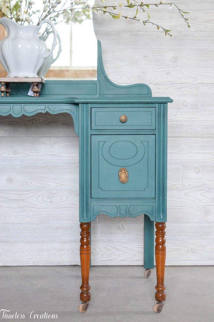 An Antique Vanity and Dresser Set 7