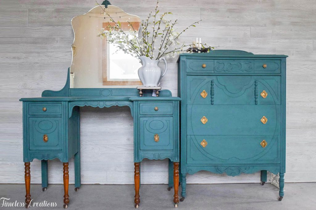 An Antique Vanity and Dresser Set 12